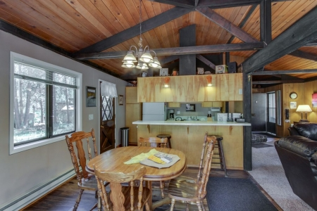 Comfortable family-friendly Sunriver retreat, dogs okay Free SHARC access