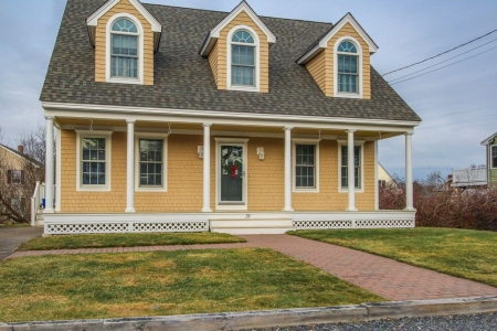 Bright, coastal family home close to beaches - dogs welcome!
