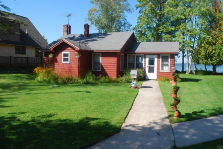 Cozy Lakeside Cottage Comfortably Furnished, with Fully Equipped Kitchen.