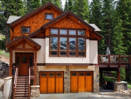 Luxury Ski House - Views, privacy, hot tub, 7 min from town, Sleeps 10-12.