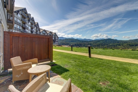 Bright condo with stunning views of the Cascades, shared pool, and hot tub